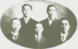 공립협회 창립 임원. 아랫줄 맨오른쪽이 도산 안창호이다.